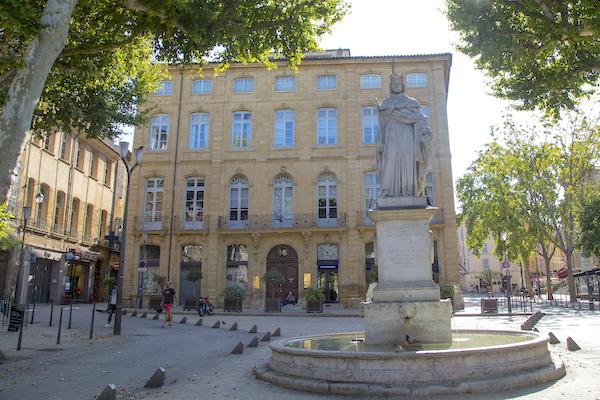 Statut du Roy René en haut du cours Mirabeau